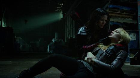 Nyssa_al_Ghul_holds_a_poisoned_Sara_Lance